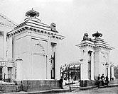 Ворота Яузской больницы (ранее - дом Баташова) в Москве на Яузской улице