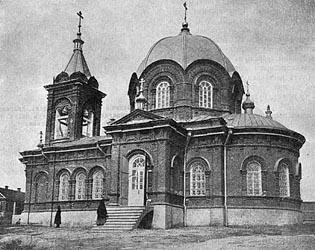 На берегу - соборный храм во имя успения пресвятой богородицы и свято-троицкая церковь во имя живоначальной троицы
